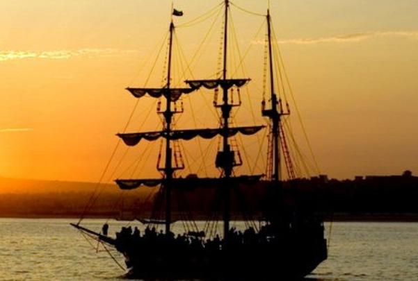 Barco pirata puesta del sol y show pirata