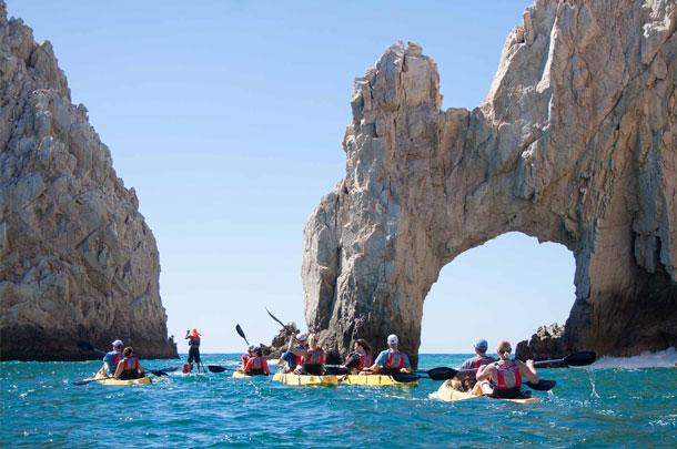 Kayak con fondo transparente y snorkel en el arco