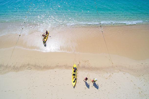 Kayak con fondo transparente y snorkel en las dos bahías