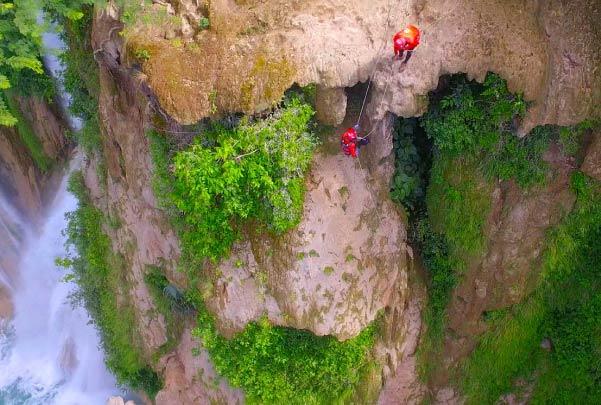Rappel junto a Minas Viejas con salto de cascadas en Micos