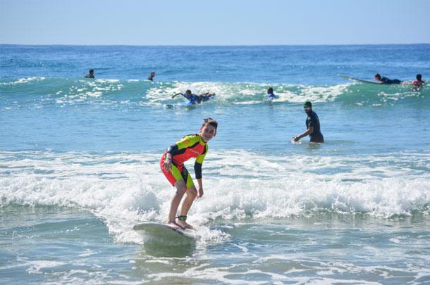 Lecciones de surf en playa Cerritos (invierno)